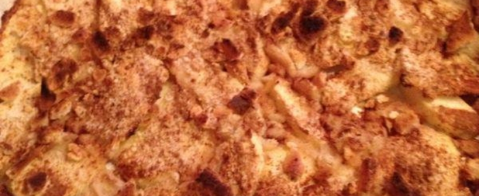 Crunchy baked apple with cinnamon